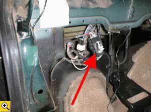 Примечание: По заводской схеме, если автомобиль идет в комплектации с прицепным устройством, то этот разъем...